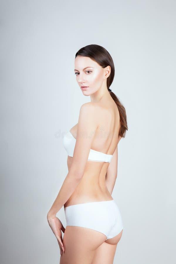 De vrouw van de manier wit de lingerieondergoed van het bikinibadpak royalty-vrije stock afbeelding
