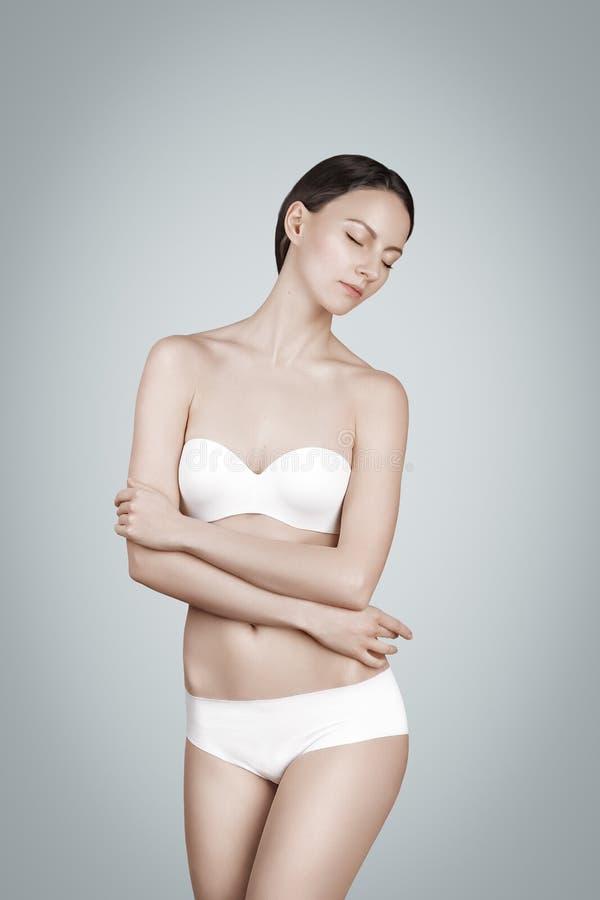 De vrouw van de manier wit de lingerieondergoed van het bikinibadpak stock afbeeldingen