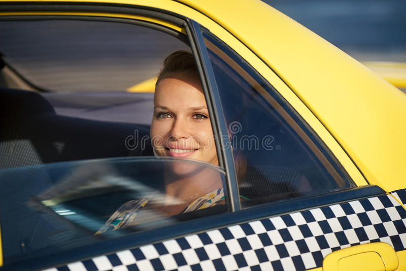 De vrouw van mensen reizen-zaken in gele taxi royalty-vrije stock foto