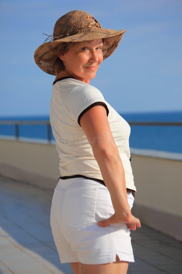 De vrouw van Middleagede op balkon over overzees royalty-vrije stock foto's