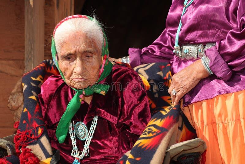 De Vrouw van Navajo in Traditionele Kleding stock foto