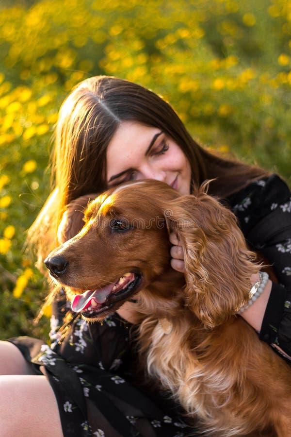De vrouw van Nice bij tuin met een hond, geniet van het leven, gangen openlucht gelukkige aardige natuurlijke schoonheidsvrouw stock foto's