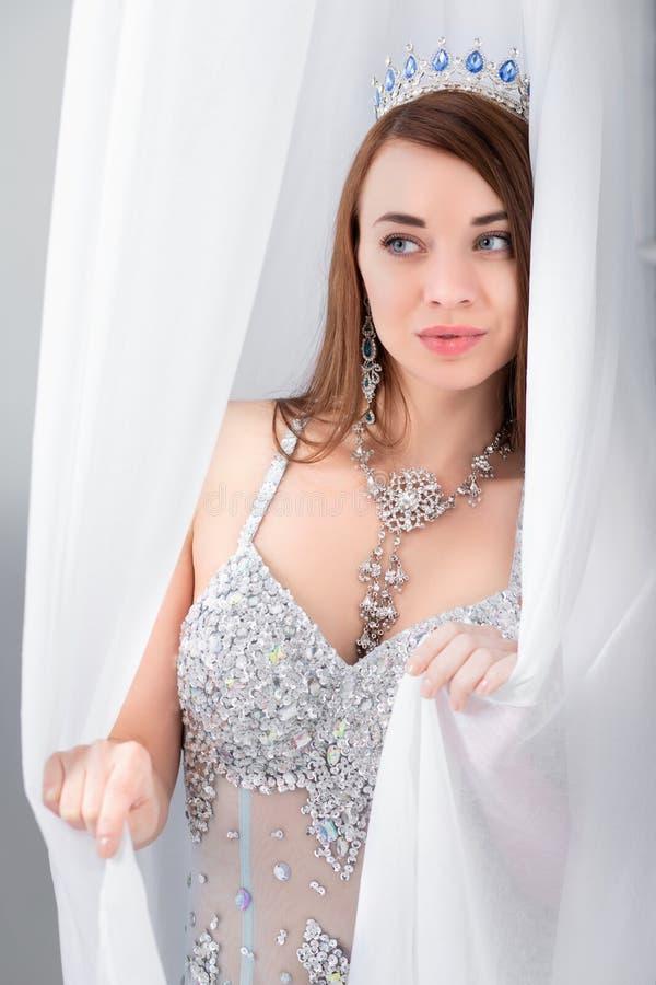 De vrouw van Nice het stellen in de studio royalty-vrije stock foto