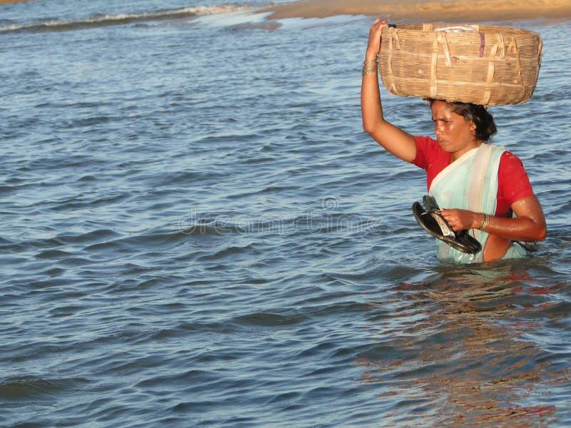 De vrouw van Orissa kruist getijdewateren stock afbeelding