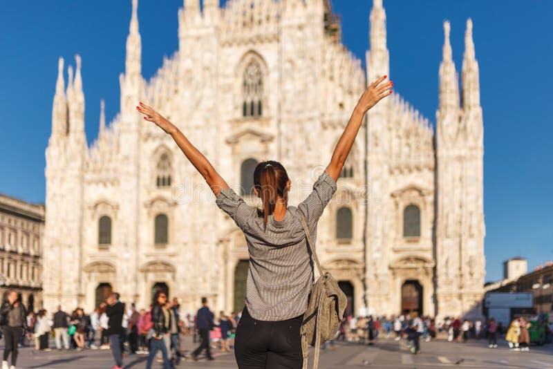 De vrouw van de reistoerist dichtbij Duomo-Di Milaan - de kathedraalkerk van Milaan in Italië Bloggermeisje dat op het vierkant i royalty-vrije stock afbeeldingen