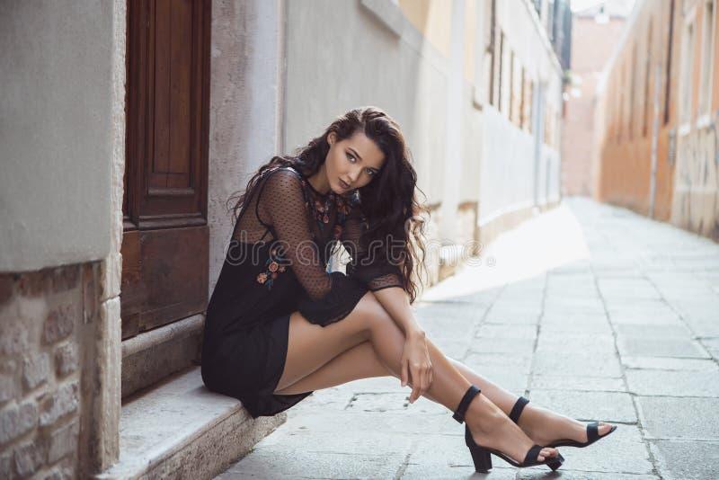 De vrouw van de reistoerist op stadsstraat tegen mooie mening over Venetiaanse gebouwen in Venetië, Italië royalty-vrije stock afbeeldingen