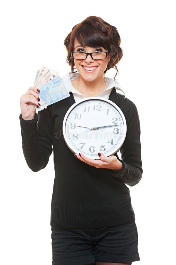 De vrouw van Smiley met klok en geld royalty-vrije stock fotografie