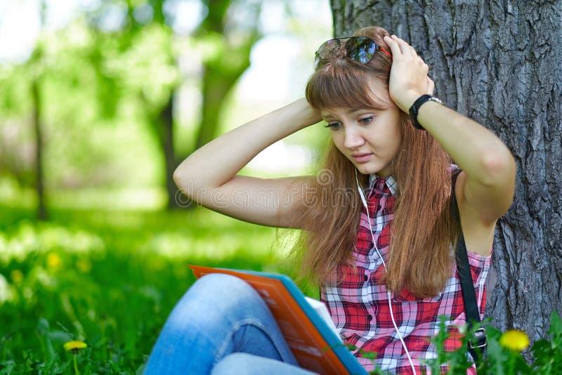 De vrouw van de studentetiener clasped haar handen achter haar hoofd Angst, vrees Emoties wanneer het voorbereidingen treffen voo stock afbeeldingen