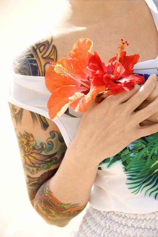 De vrouw van Tattoed met bloemen. stock fotografie