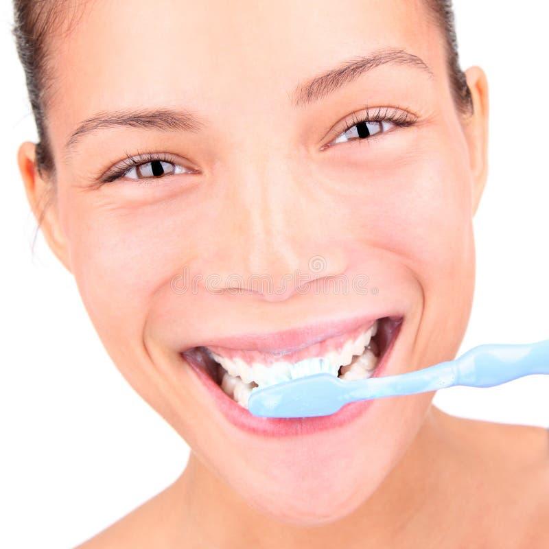 De vrouw van Toothbrushing stock afbeelding