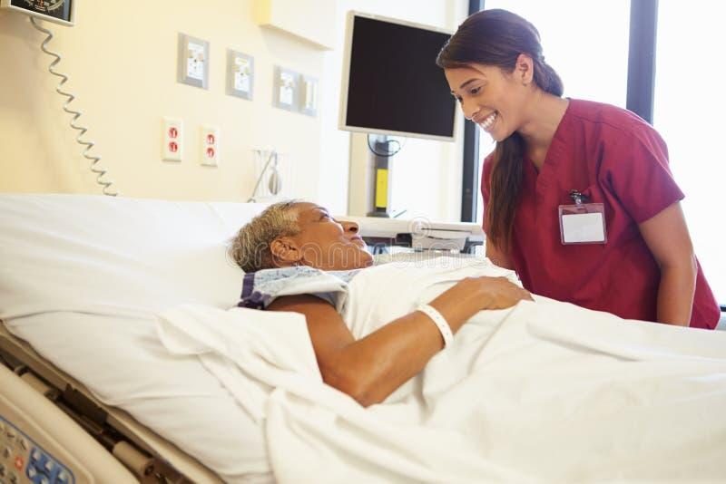De Vrouw van verpleegsterstalking to senior in het Ziekenhuiszaal royalty-vrije stock foto