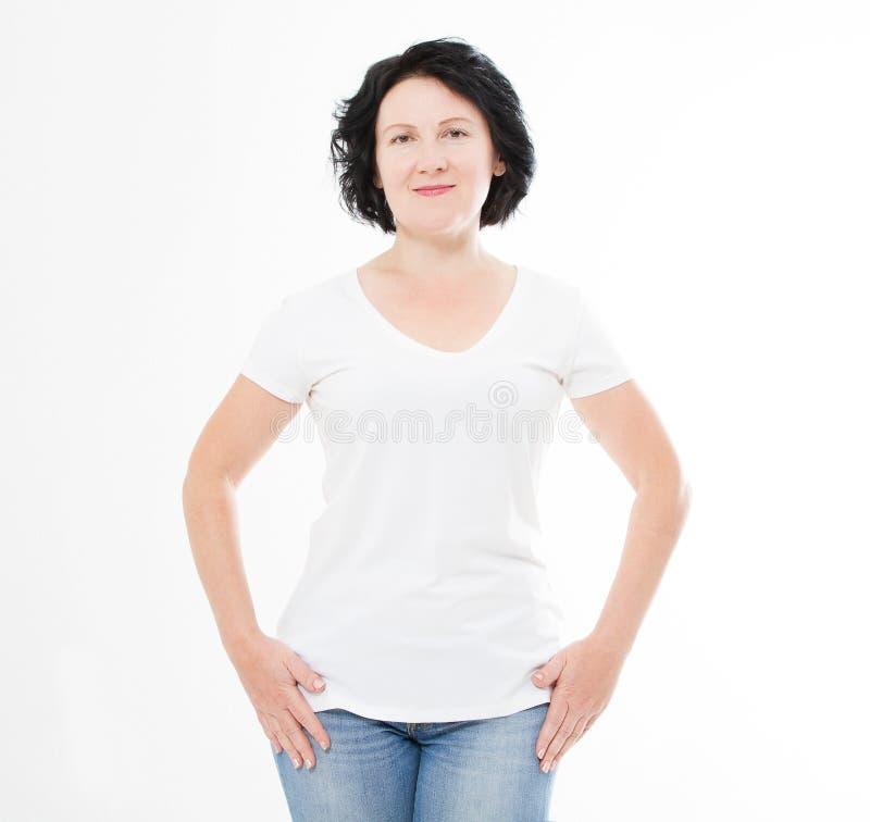 De vrouw van de vooraanzicht vrij middenleeftijd in witte t-shirt op witte achtergrond Spot omhoog voor ontwerp De ruimte van het stock foto