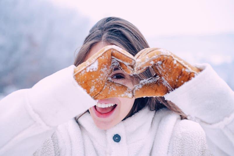 De vrouw van de winter De gelukkige de wintervrouw toont gehoorde sneeuw Openlucht mooi meisje De vakantie van de winter sneeuwva royalty-vrije stock fotografie