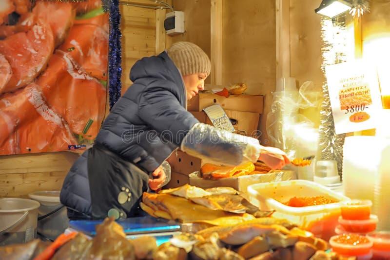 De vrouw verkoopt rode kaviaar op de markt stock foto's