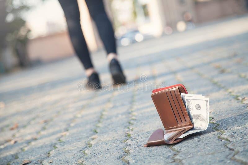 De vrouw verloor een leerportefeuille met geld op het park royalty-vrije stock afbeeldingen
