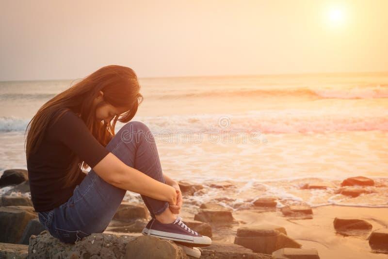 De vrouw voelt depressie stock afbeeldingen