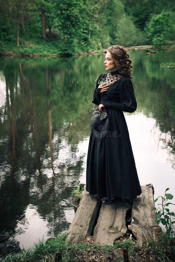 De vrouw voelt harmonie en rust in de aard royalty-vrije stock fotografie