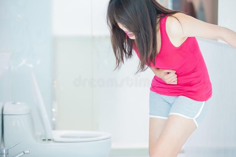 De vrouw voelt pijn met constipatie royalty-vrije stock afbeelding