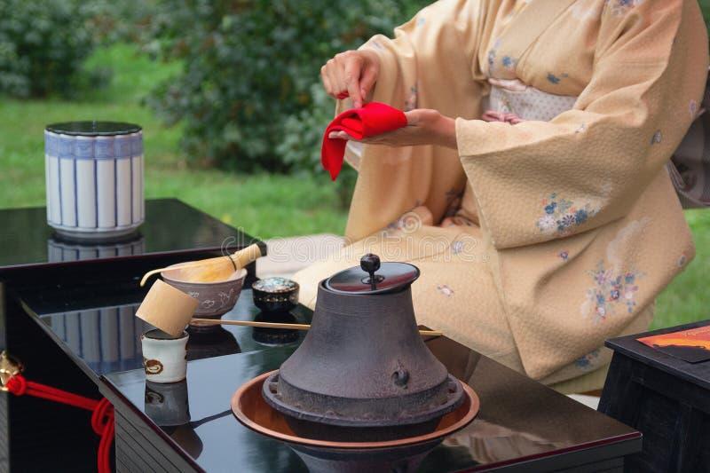 De vrouw voert Japanse theeceremonie uit royalty-vrije stock afbeelding