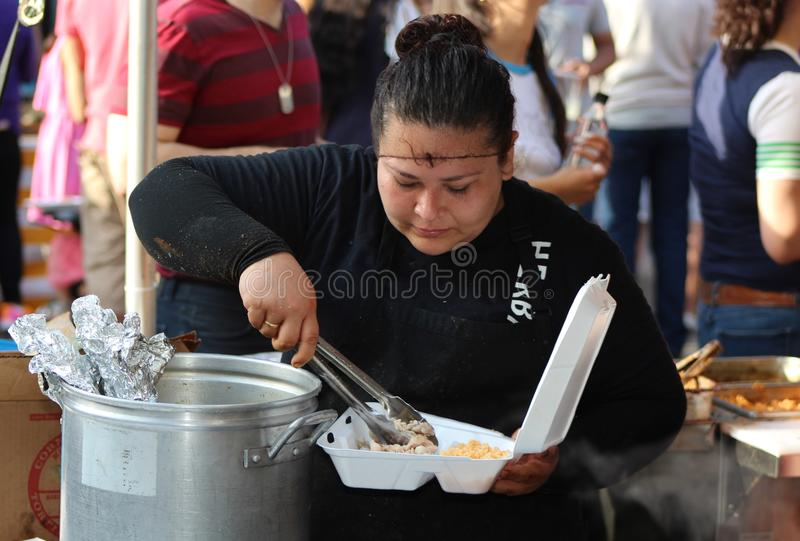 De vrouw vult Carry Out Box bij Mexicaans Straatfestival in Chicago royalty-vrije stock fotografie