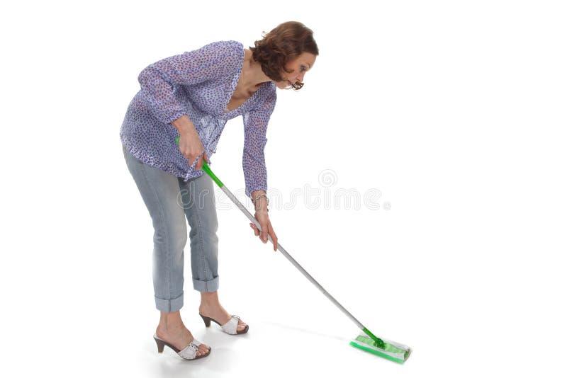De vrouw wast omhoog de vloer stock foto's