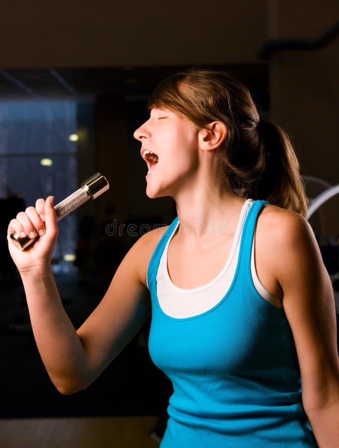 de vrouw zingt bij avondgymnastiek royalty-vrije stock afbeeldingen