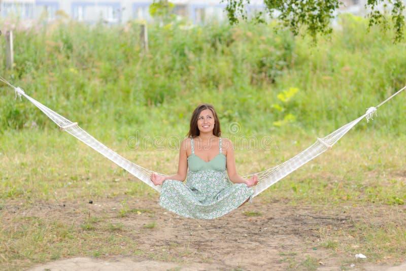 De Vrouw Zit Op Hangmat In Het Park Royalty-vrije Stock Fotografie