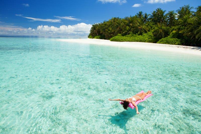 De vrouw zwemt en ontspant in het overzees Gelukkige eilandlevensstijl royalty-vrije stock foto's