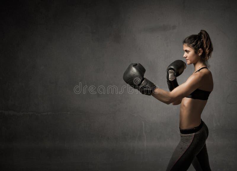 De vrouwelijke aanval van bokser klaar fot royalty-vrije stock fotografie