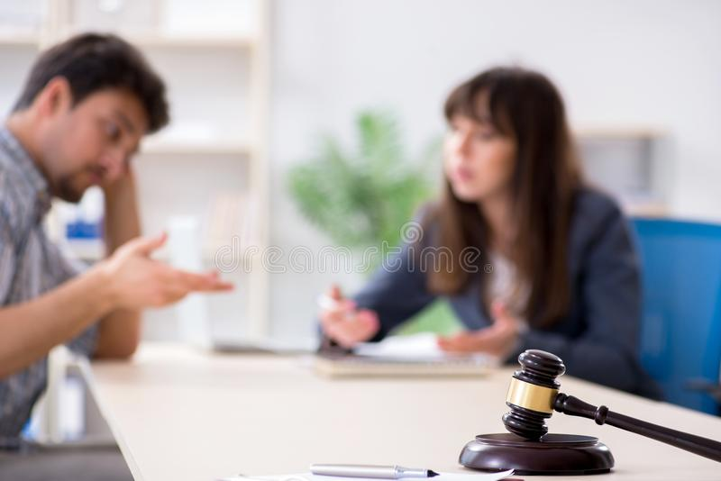 De vrouwelijke advocaatvergadering met zijn mannelijke cliënt in het bureau stock foto