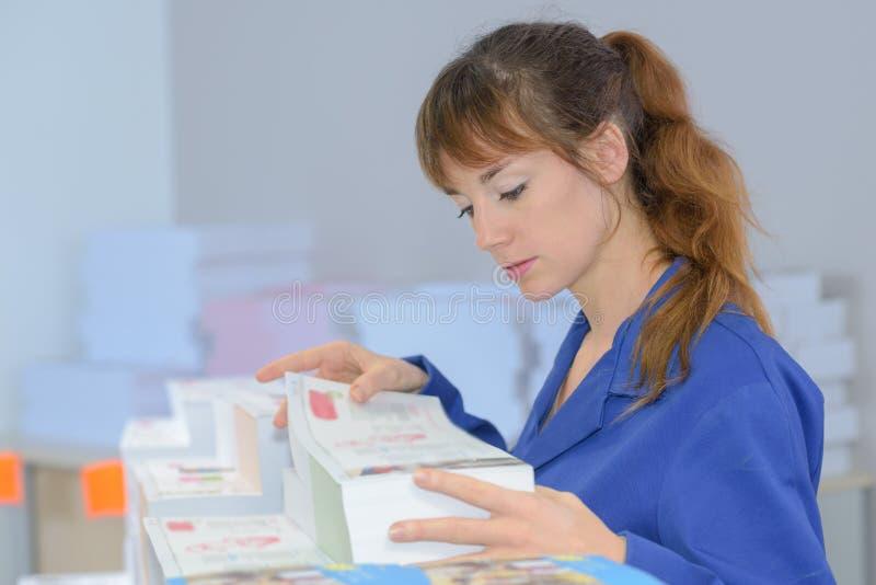 De vrouwelijke arbeider van het drukbedrijf stock afbeeldingen