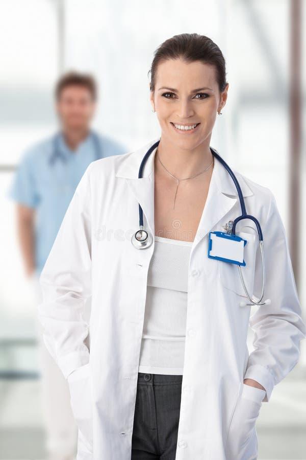 De vrouwelijke arts status met dient zak in stock foto's