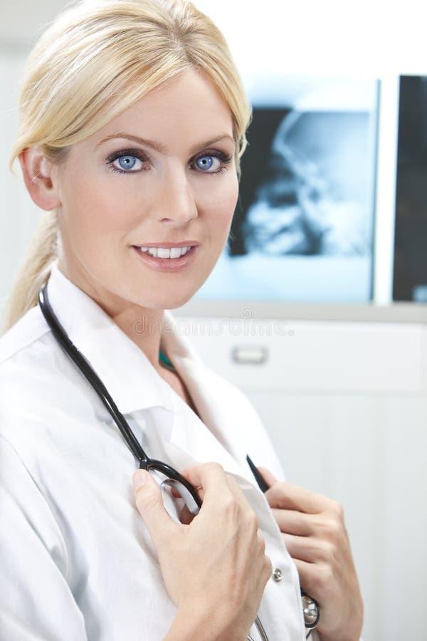 De vrouwelijke Arts van het Ziekenhuis van de Vrouw met Röntgenstralen royalty-vrije stock afbeeldingen
