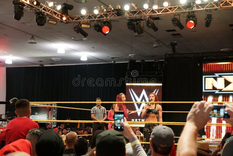 De vrouwelijke besprekingen van worstelaarsbecky lynch op mic met NXT spelen ook Sasha Banks in ring mee stock fotografie