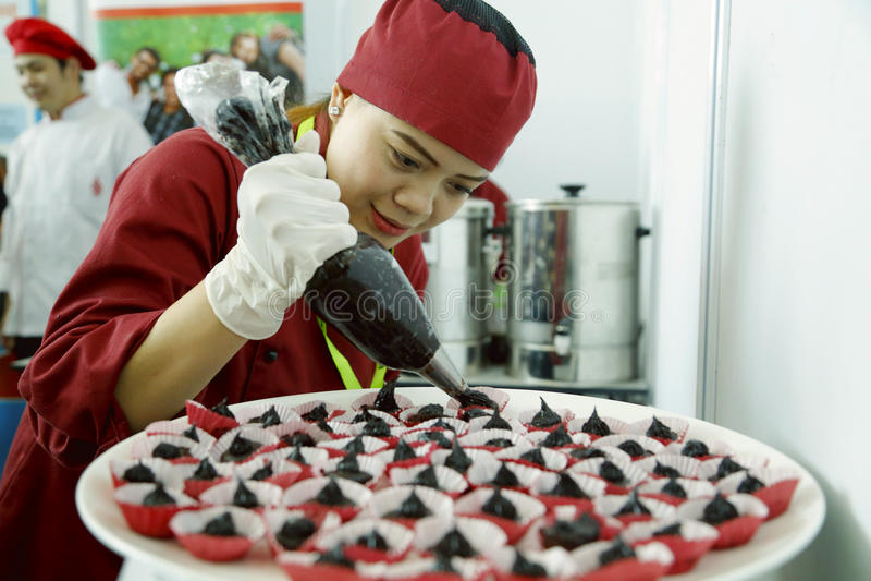 De vrouwelijke Chef-kok versiert dessertschotel stock afbeeldingen