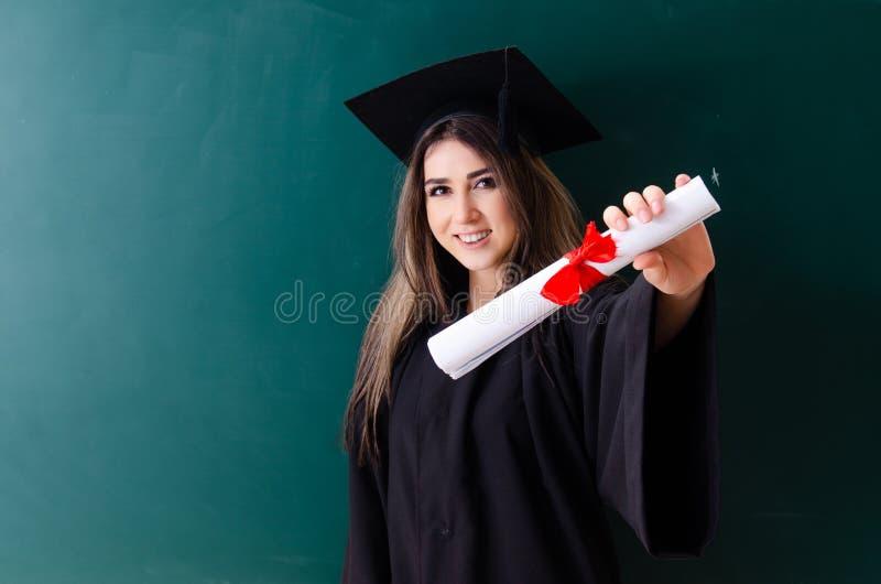 De vrouwelijke gediplomeerde student voor groene raad royalty-vrije stock foto
