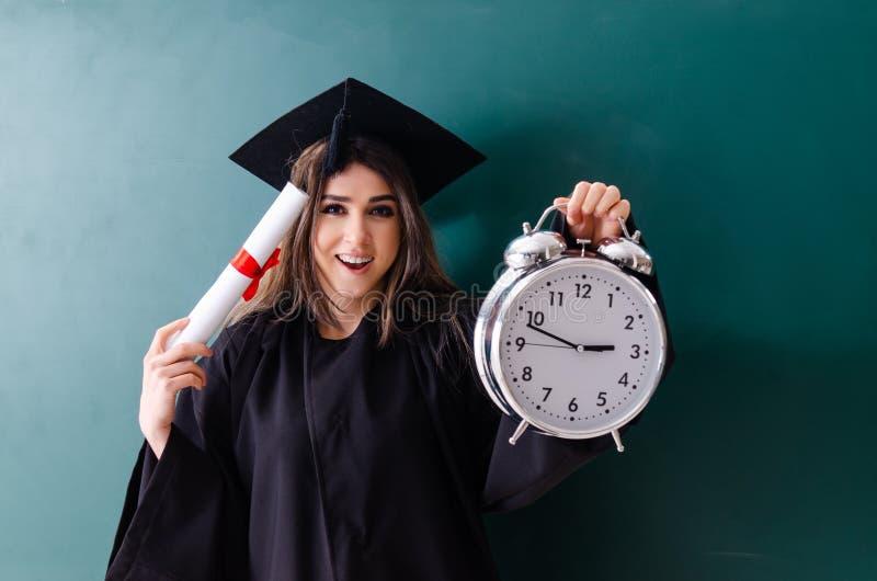 De vrouwelijke gediplomeerde student voor groene raad royalty-vrije stock afbeeldingen