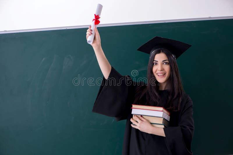 De vrouwelijke gediplomeerde student voor groene raad royalty-vrije stock foto's