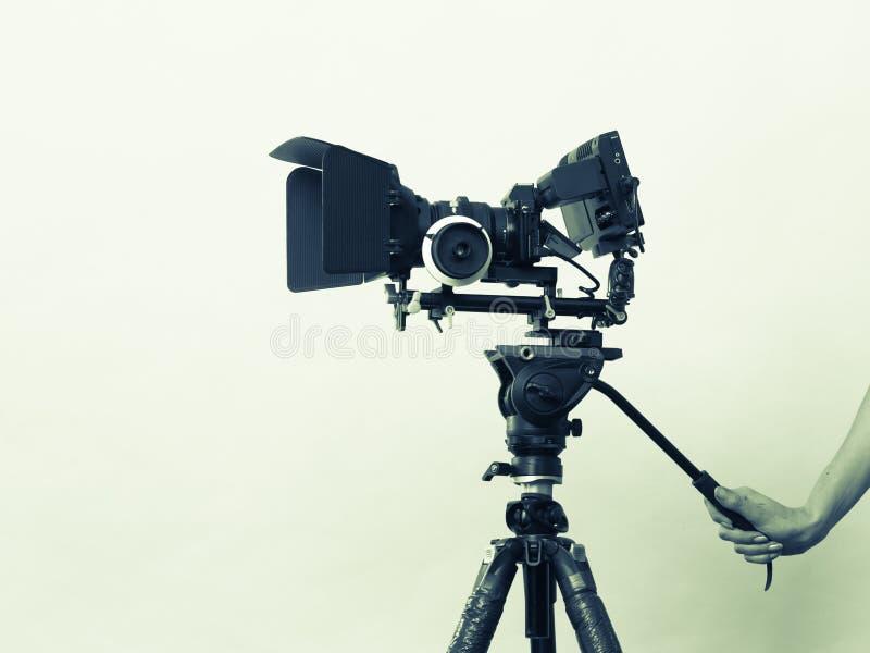 De vrouwelijke hand houdt professionele camera die foto's nemen stock foto's