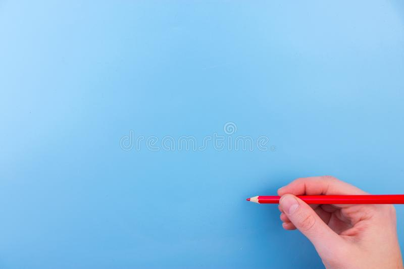 De vrouwelijke hand is klaar voor tekening met rode teller royalty-vrije stock foto's