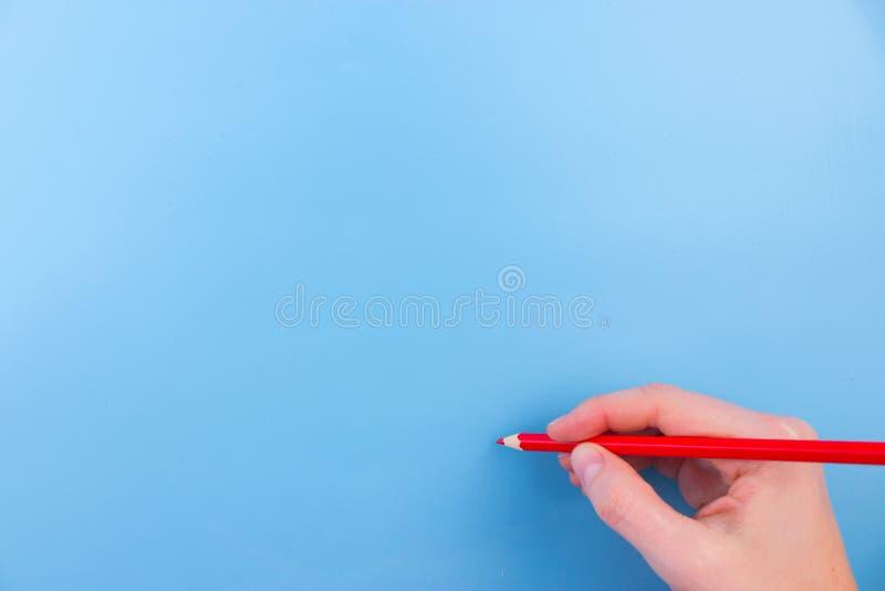 De vrouwelijke hand is klaar voor tekening met rode teller royalty-vrije stock fotografie