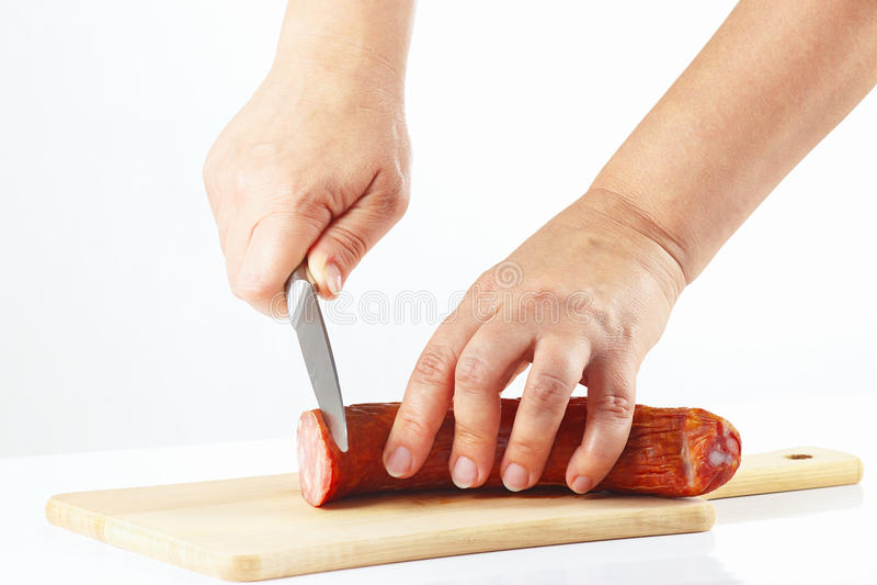 Download De Vrouwelijke Hand Sneed Gerookte Worst Stock Foto - Afbeelding bestaande uit varkensvlees, gastronomisch: 39117754
