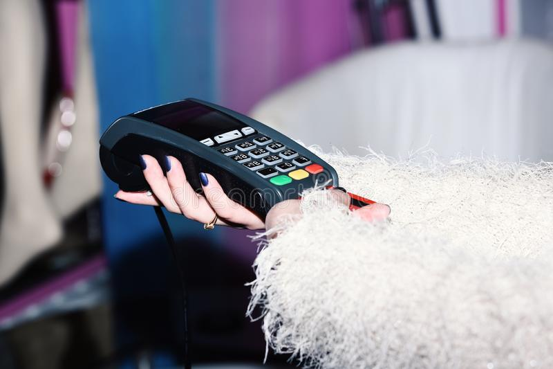 De vrouwelijke hand zet bankkaart in lezer defocused achtergrond Betaling met creditcard EDC machine of creditcard stock afbeelding