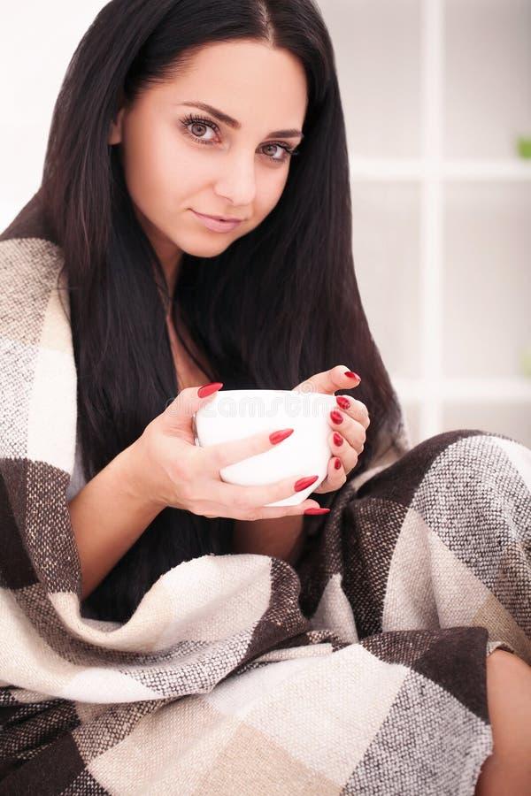 De vrouwelijke handen die heet drinkt de chocoladewinter en Kerstmis c houden stock fotografie