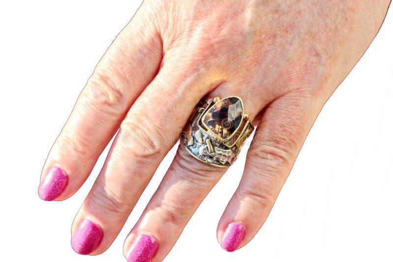 De vrouwelijke handen met juwelen op vingers en de armband sluiten omhoog royalty-vrije stock afbeelding