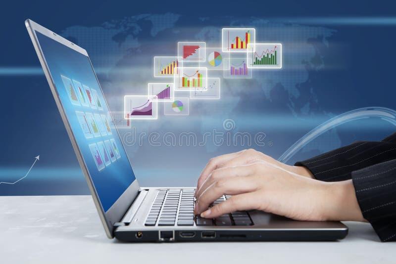 Laptop en globaal grafiekenrapport stock fotografie