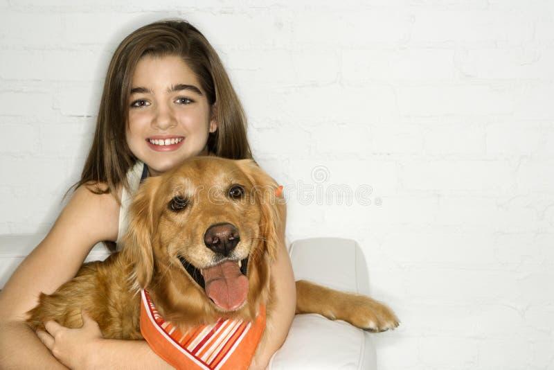 De vrouwelijke hond van de tienerholding. stock fotografie