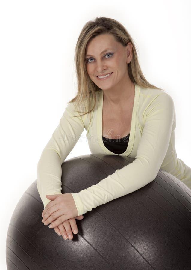 De vrouwelijke Instructeur van de Geschiktheid op Wit stock fotografie