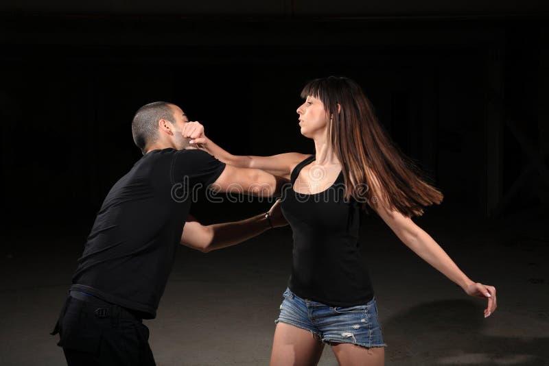 De vrouwelijke instructeur van vechtsporten stock foto's