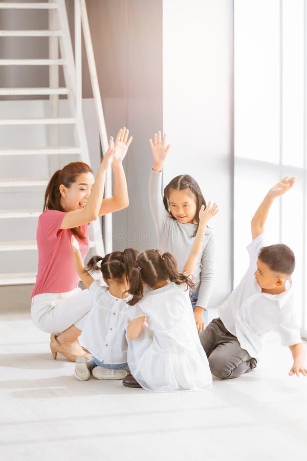 De vrouwelijke jonge geitjes van het leraarsonderwijs in acterenklasse stock foto